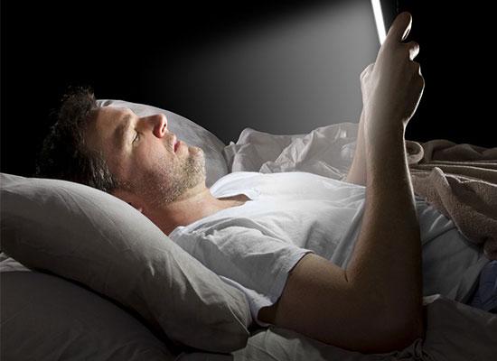 Перед сном вы не выпускаете свой телефон из рук.